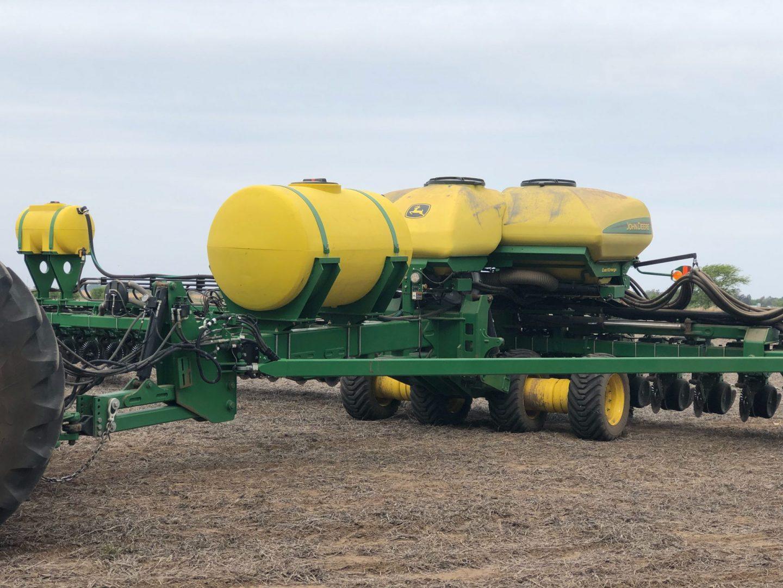 Sembradora John Deere DB  60 ExactEmerge equipada con kit para aplicar fertilizantes líquidos starters Dualfos ®